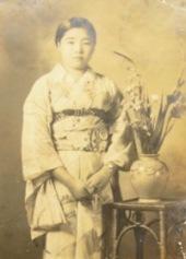 おばあちゃんのアルバム03-写真館花瓶と立ち姿.JPG